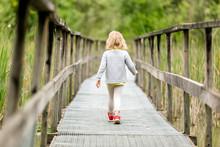 Bambina Che Cammina Sul Ponte