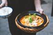 Vietnamesisches und Thailändisches Essen schön angerichtet und im Restaurant serviert mit frischen Kräutern