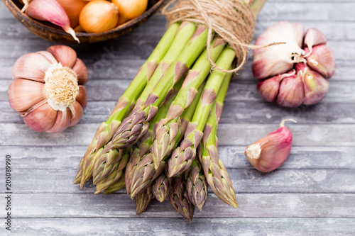 Foto op Canvas Aromatische Bunch of fresh asparagus on wooden table.
