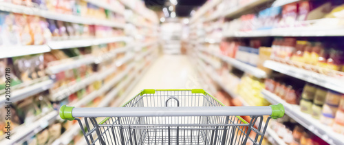Fotografía Abstract blur supermarket aisle with product on shelves defocused background
