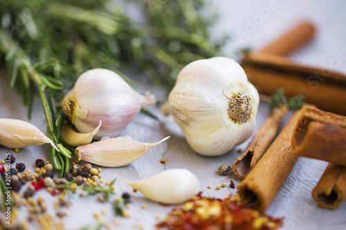 Foto op Canvas Aromatische Garlic with spices and herbs