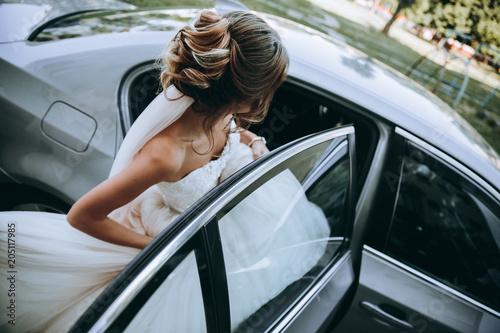 Fotografia, Obraz  Свадебные сборы невесты. Молодая девушка сборы машина