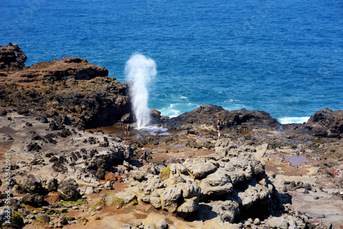 Tablou Canvas Tourists admiring the Nakalele blowhole on the Maui coastline
