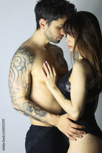 Fotografie, Obraz  Jeune couple torse nue s' enlaçant sensuellement