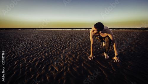 Fotografie, Obraz  Joven haciendo yoga en la arena de la playa de Sanlúcar de Barrameda al atardece