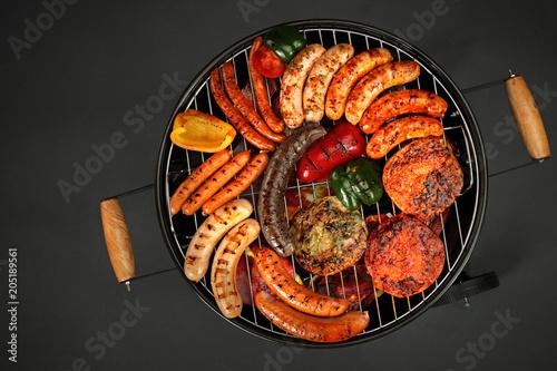 Foto op Plexiglas Grill / Barbecue Grillowane mięsa. Kiełbaski i kotlety opiekane na grillu.