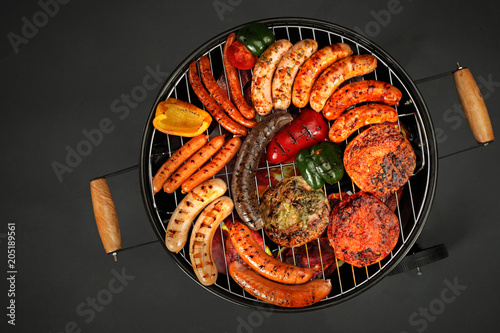 In de dag Grill / Barbecue Grillowane mięsa. Kiełbaski i kotlety opiekane na grillu.