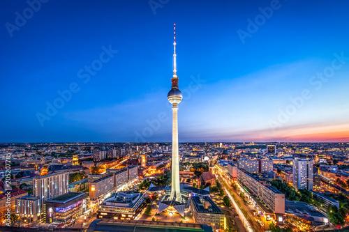 Foto op Canvas Berlijn Berlin Skyline am Abend mit Blick auf den Fernsehturm