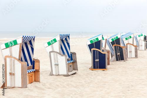 Poster Tunesië Strandkörbe aufgereit am Strand mit Meer im Hintergrund