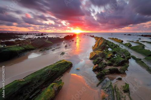 Fotobehang Purper Bello atardecer sobre la playa de Barrika (Bizkaia)