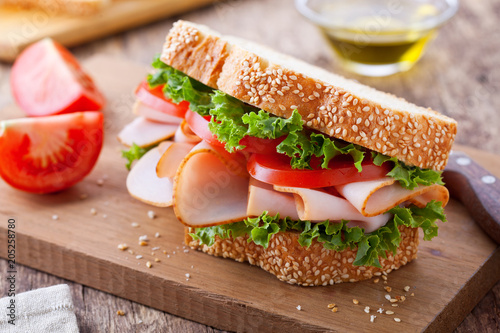 Photo sur Aluminium Snack Smoked Turkey And Tomato Sandwich