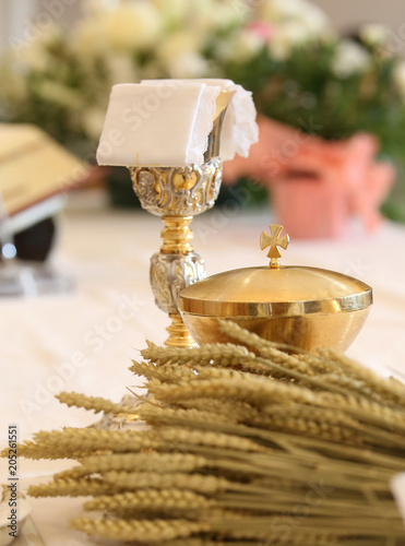 ears of wheat and the chalice during the mass Tapéta, Fotótapéta
