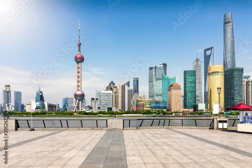 Poster Aziatische Plekken Sicht auf die moderne Skyline von Pudong, Shanghai, China, gesehen von der Promenade am Bund