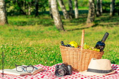 Stickers pour portes Pique-nique romantic picnic for lovers - basket with wine and fruit on a tablecloth in the park