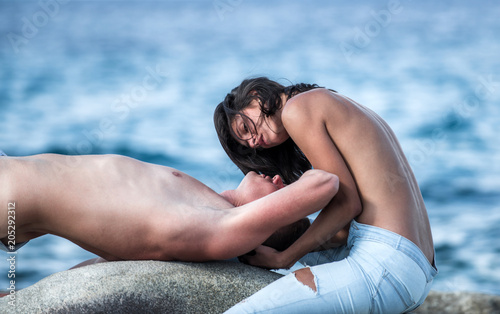 naked-couple-kissing-in-water