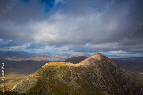 In de dag Grijze traf. Landscape with mountain Buachaille Etive at Glencoe in Scottish Highlands