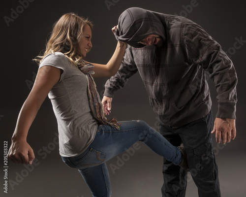 Foto Teenage girl uses self defense skills to fight back.