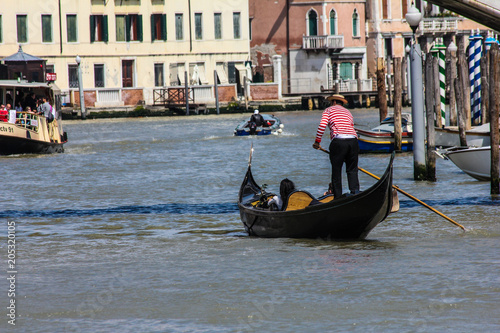 Tuinposter Gondolas Venice Buildings and Boat Traffic