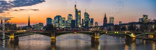 Fotografía  Die Skyline von Frankfurt am Main im Abendrot