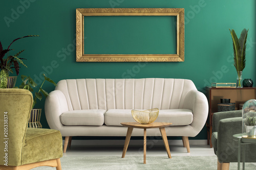 Foto op Aluminium Uitvoering Bright sofa in green interior