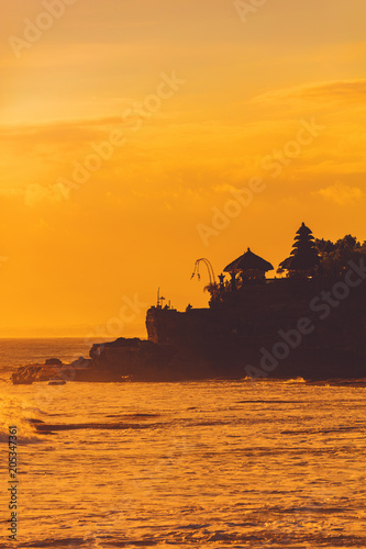 In de dag Asia land Silhouette of Tanah Lot temple in Bali, Indonesia.