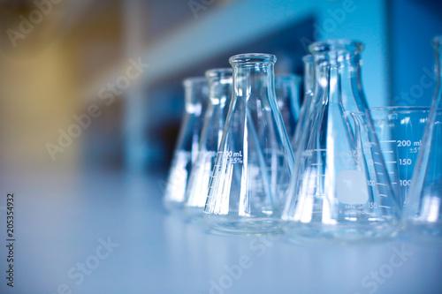 Fotografia  Glass ware in laboratory