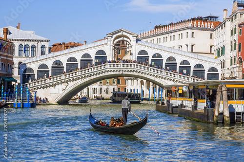 Türaufkleber Gondeln Rialto Bridge in Venice. Italy