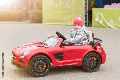 Zdjęcie XXL Dziecko jedzie samochodem elektrycznym