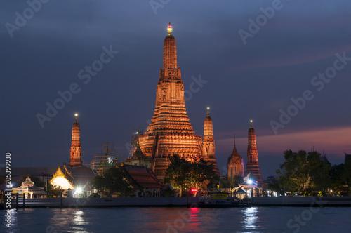 In de dag Bangkok Wat Arun (Temple of the Dawn) and the Chao Phraya River by night, Bangkok, Thailand.