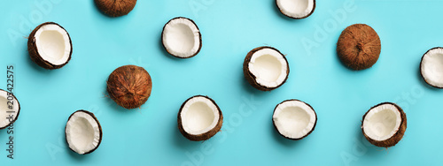Fotografie, Obraz Pattern with ripe coconuts on blue background
