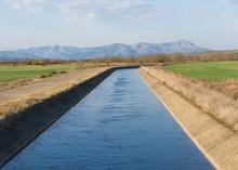 Canal De Agua Para El Riego En...