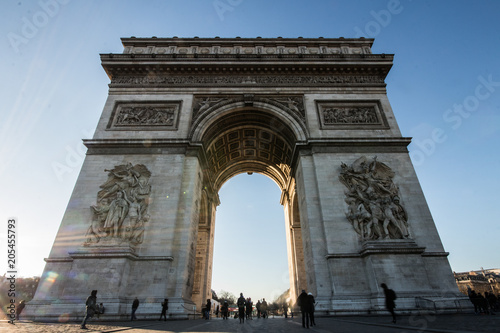 Valokuvatapetti Tourists Gathered at the Arc De Triomphe Monument in Paris, France