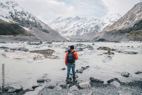 Foto op Plexiglas Nieuw Zeeland Tourist standing at the edge of Hooker glacier lake with the scenery view of Mt.Cook the highest mountains in New Zealand.