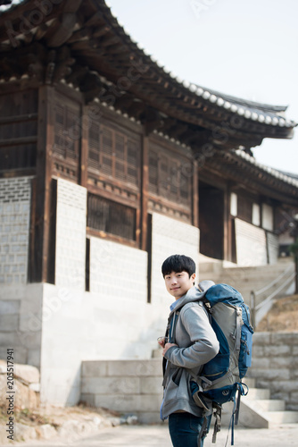 La pose en embrasure Lieu connus d Asie young man doing a backpacking trip in a Korean traditional house. Selective focus