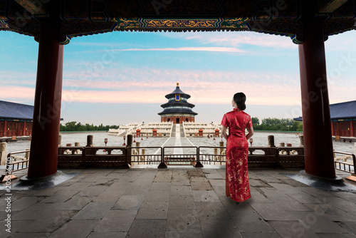 Photo  Asian young woman in old traditional Chinese dresses in the Temple of Heaven in Beijing, China