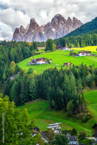 Deurstickers Groene Mountain Village in Villnoss, Dolomites, Italy