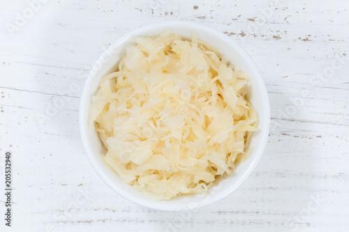 Fototapeta Sauerkraut Weißkraut Kraut geschnitten von oben Holzbrett obraz na płótnie