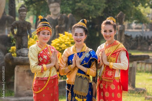 Photo Beautiful girl in Laos costume,Asian woman wearing traditional Laos culture at temple