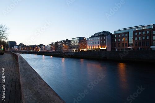 Zdjęcie XXL Liffey river promenade we wczesnych godzinach porannych. Dublin, Irlandia.