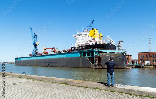 Tuinposter Poort Schiff im Trockendock zur Reparatur im Hafen von Bremerhaven, Norddeutschland