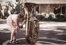 Mädchen Probiert Tuba Zu Spie...