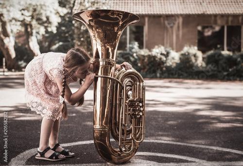 Carta da parati Mädchen probiert Tuba zu spielen