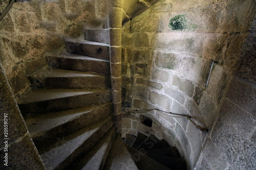 Foto  Old stone spiral staircase going up the inside of a castle tower.