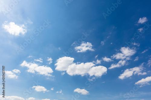 Foto  Blauer Himmel mit weißen Wolken