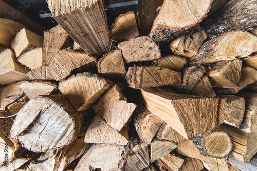 In de dag Brandhout textuur A stack of firewood. Winter storage in the back room