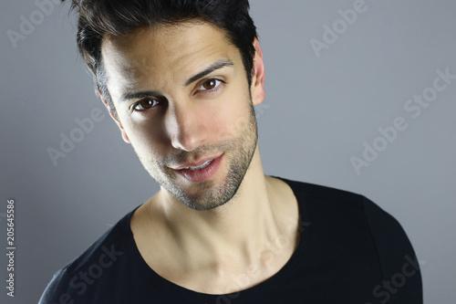 Fotografía  Portrait d' un bel homme brun