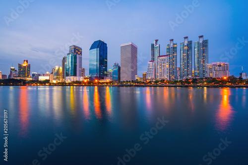 Photo  Bangkok city downtown at twilight with reflection of skyline, Benjakiti Park, Ba