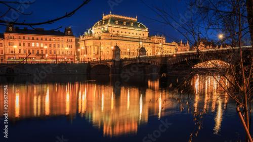 Plakat Praga na Wełtawie z Mostem Karola i katedrą w Czechach w Blue Hour
