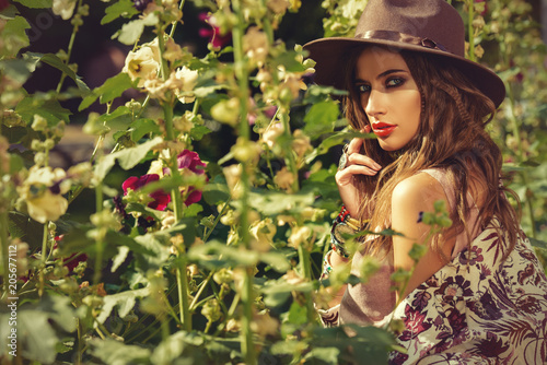 Poster Gypsy woman surrounded by flowers