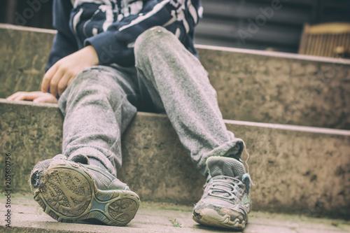 Photo Löchrige Schuhe als Symbol für eine Kindheit in sozialer Benachteiligung